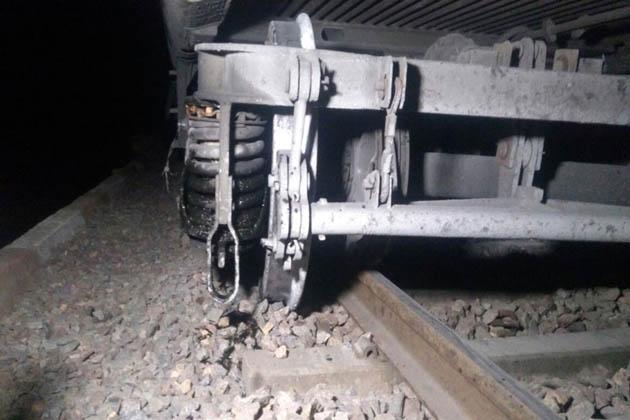 اترپردیش سمپرک کرانتی ایکسپریس، چمبل ایکسپریس، بندیل کھنڈ ایکسپریس سمیت مختلف گاڑیاں رد کردی گئی ہیں اور کئی گاڑیوں کو الگ الگ اسٹیشنوں پر کھڑا کردیا گیا ہے۔ ریلوے ڈویژن جھانسی سے حکام کی ٹیم موقع پر پہنچ چکی ہے۔ حادثہ کی وجہ معلوم کرنے کیلئے پولیس اور ریلوے کی جانب سے الگ الگ جانچ کرتے ہوئے ریلوے ٹریک کو جلد ٹھیک کرنے اور اس پر گاڑیوں کی آمدورفت شروع کرانے کی کوشش کی جا رہی ہے۔