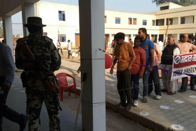مرزاپور میں پولنگ بوتھ پر اپنی باری کا انتظار کرتے ووٹر۔