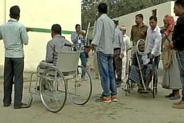 مئو کے بوتھ نمبر 280 پر معذور ووٹر بھی صبح ووٹ کا حق استعمال کرنے پہنچے۔
