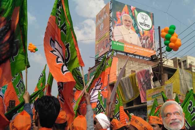 لنکا واقع سنگھ دروازے پر ہزاروں بی جے پی کارکن موجود تھے.۔کارکن ہاتھوں میں پارٹی کے پرچم اور اسی کے رنگ والے غبارے لئے ہوئے تھے۔ سنگھ دروازے پر موجود ہزاروں لوگوں نے مسٹر مودی کا پھولوں کی مالاؤں سے استقبال کیا۔ انہوں نے ہاتھ ہلا کر لوگوں کا سلام قبول کیا۔