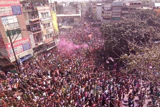 بھوپال میں رنگ پنچمی کا تہوارروایتی انداز میں سخت سیکورٹی انتظامات کے درمیان منایا گیا ۔رنگ پنچمی کے موقع پر بھوپال کے چوک بازار سے ہندو اتسو سمتی کے زیر اہتمام رنگ پنچمی کا جلوس نکالا گیا ۔ جلوس شہر کے مختلف راستوں سے ہوتا ہوا پیر گیٹ پر آکر ختم ہوا۔