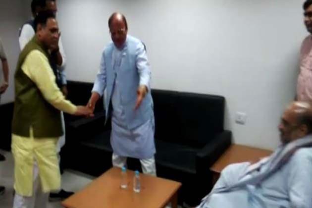 ایم بی شاہ کمیشن کی رپورٹ پیش نہ کئے جانے کو لے کر اسمبلی میں اپوزیشن لیڈر شنکر سنگھ واگھیلا نے گجرات حکومت کے ساتھ ساتھ وزیر اعظم مودی پر بھی جم کر حملہ بولا ۔