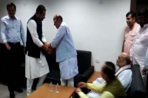 شنکر سنگھ واگھیلا نے کہا کہ ایم بی شاہ کمیشن کی رپورٹ سے گجرات کے وزیر اعلی کے دور میں وزیر اعظم مودی کی بدعنوانی اجاگر ہو جائے گی ، اسی وجہ سے گجرات حکومت اس رپورٹ کو پیش نہیں کر رہی ہے۔