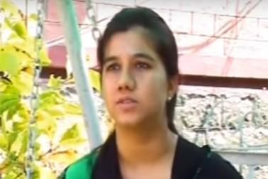عائشہ عزیز اپنی کامیابی کا کریڈٹ اپنے والد عبد العزیز کو دیتی ہیں۔ عائشہ جب چھوٹی تھیں ، تو وہ اپنی ماں کے ساتھ سری نگر کا ہوائی سفر کرتی تھیں۔