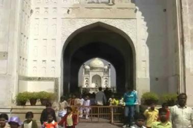 ان کا کہنا ہے کہ محکمہ آثار قدیمہ کو ان دونوں مساجد میں نماز کی ادائیگی کی اجازت دینی چاہئے۔