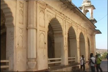 حال ہی میں مغل خاندان کے وارث پرنس یعقوب حبیب الدین طوسی نے مقبرے کا معائنہ کیا اوران مساجد کوآباد کرنے کا مطالبہ کیا ۔
