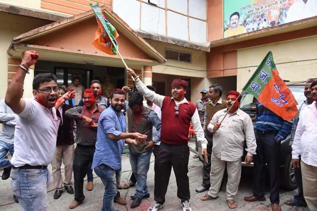 گوہاٹی میں جشن مناتے پارٹی کارکنان