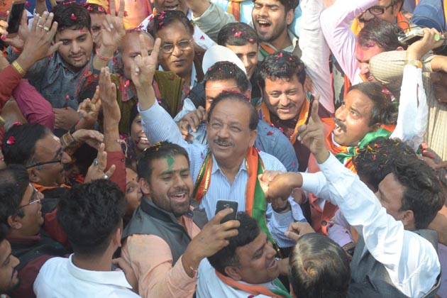 نئی دہلی میں جشن مناتے پارٹی کارکنان