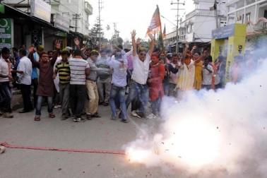 اگرتلہ میں جشن مناتے پارٹی کارکنان
