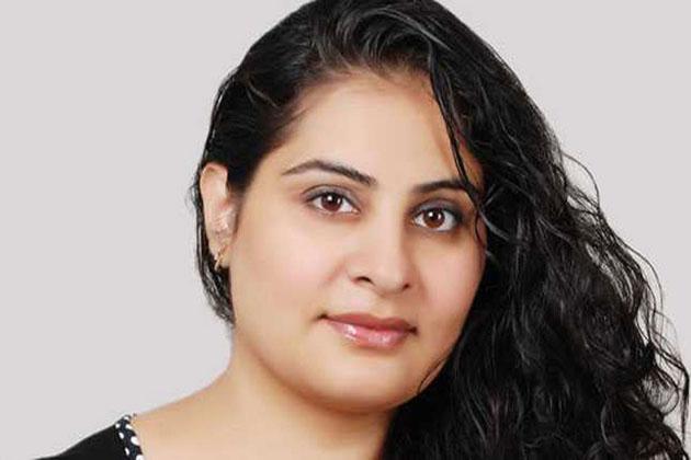 چارو کھورانہ ـ: دہلی کی چارو کھورانہ ایک ایسی میک اپ آرٹسٹ ہیں، جس نے فلمی دنیا میں خواتین کے ساتھ ہونے والے امتیازی سلوک کے خلاف آواز اٹھائی۔