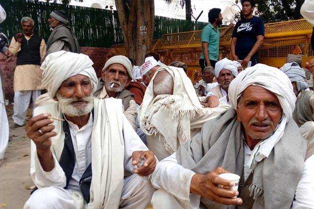 قبل ازیں گرفتاری نہ دکھانے سے ناراض جاٹ پارلیمنٹ اسٹریٹ تھانے کے باہر سڑک پر بیٹھے گئے تھے۔