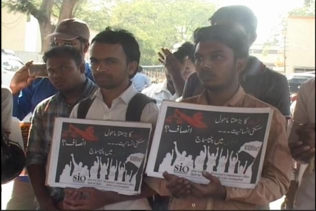 جماعت اسلامی ہند کی طلبہ ونگ نجیب کی پراسرار گمشدگی کولے کر  حکومت کے خلاف ماہ مزاحمت منارہی ہے، جس کے تحت ملک کے مختلف شہروں میں احتجاج کا سلسلہ جاری ہے ۔اورنگ آباد میں بھی ایس آئی او نے احتجاجی مظاہرہ کیا اور نجیب معاملہ کی عدالتی جانچ کا مطالبہ کیا ۔