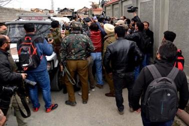 شمالی کشمیر کے ضلع کپواڑہ میں ایک مسلح جھڑپ کے دوران ایک 7 سالہ کمسن بچی کی ہلاکت اور اس کے 6 سالہ بھائی کے زخمی ہونے سے وادی میں شدید غم وغصے کی لہر دوڑ گئی ہےاور حالات ایک مرتبہ پھر کشیدہ ہوگئے ہیں۔ جہاں کمسن بچن کی ہلاکت کے خلاف جنوبی کشمیر کے اونتی پورہ میں واقع اسلامک یونیورسٹی آف سائنس اینڈ ٹیکنالوجی میں طلبہ نے جمعرات کو احتجاجی مظاہرہ منظم کیا۔ وہیں کشمیری سوشل میڈیا صارفین نے اس ہلاکت پر اپنی ناراضگی ظاہر کرنے کے لئے فیس بک اور ٹویٹر پر سخت مذمتی پیغامات تحریر کئے۔