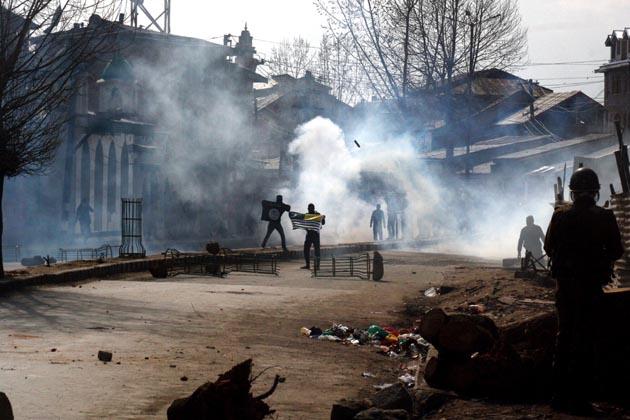 سیکورٹی فورسز نے احتجاجیوں کو منتشر کرنے کے لئے اشک آور گیس کے گولوں کا استعمال کیا۔