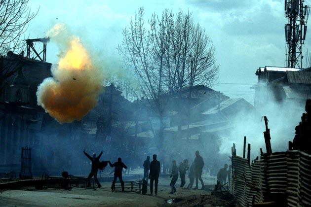 شمالی کشمیر کے ایپل ٹاون سوپور میں بھی نماز جمعہ کی ادائیگی کے بعد احتجاجی مظاہرین اور سیکورٹی فورسز کے مابین جھڑپیں ہوئیں ۔