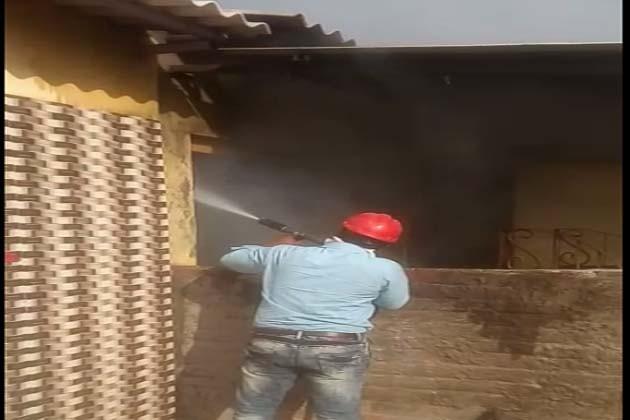 فائر بریگیڈ کا عملہ گھروں میں لگی آگ کو بجھانے میں مصروف تھا۔