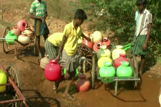 شمالی کرناٹک کے گدگ ضلع کے چکاوڈٹی دیہات میں پینے کے پانی کے لیے جانوروں کو بھی در در بھٹکنا پڑرہا ہے ۔ـ اس دیہات میں تقریباً تین ہزار لوگ زندگی گزار رہے ہیں۔