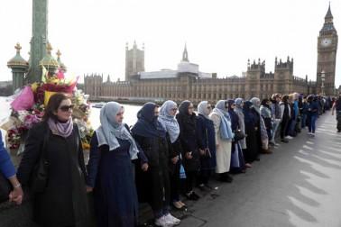 برطانوی پارلیمنٹ کے باہر ہوئے حملہ کے خلاف برقع پوش مسلم خواتین کا انوکھا احتجاج