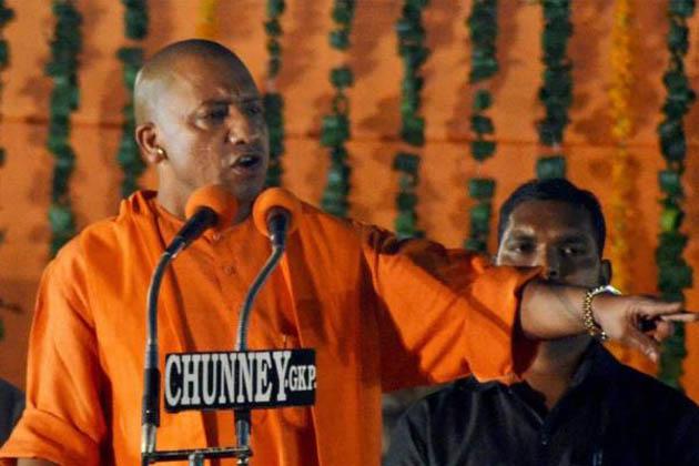 یوگا فیسٹیول میں یوپی کے وزیر اعلی یوگی آدتیہ ناتھ کے سوریہ نمسکار اور نماز کا موازنہ کرنے پر مسلمانوں اور اپوزیشن رہنماؤں نے سخت رد عمل کا اظہار کیا ہے۔ مسلم مذہبی رہنماؤں اور سیاسی جماعتوں نے مذمت کرتے ہوئے یوگی کے اس بیان کو ہندو مسلم مذہب کو توڑنے والا قرار دیا ۔ تو وہیں کچھ لوگوں نے یوگی کے اس بیان کی تعریف بھی کی ہے۔