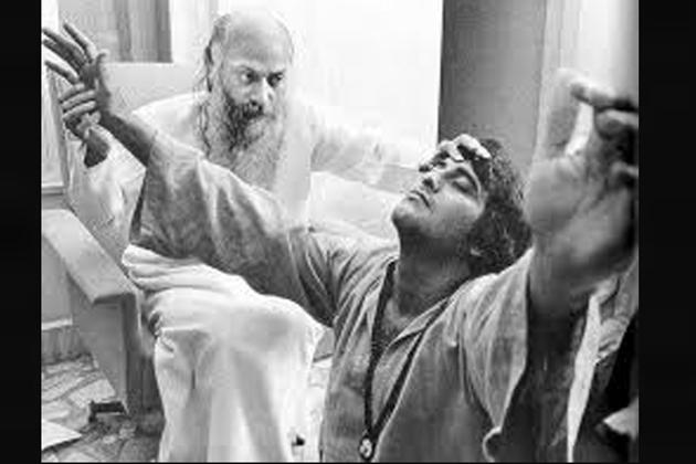 ونود کا وہ فیصلہ تھا فلمی دنیا چھوڑ کر آچاریہ رجنیش کے ساتھ امریکہ جا کر اوشو کے آشرم میں رہنے کا۔ اس فیصلے کے بعد ونود کھنہ کے فلمی کیریئر پر تو بریک لگا ہی ان کی ذاتی زندگی بھی اس سے مجروح ہوئی۔
