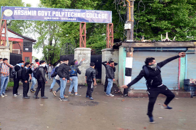 سیکورٹی فورسز نے ہفتہ کے روز گرمائی دارالحکومت سری نگر میں واقع کشمیر گورنمنٹ پولی ٹیکنیک کالج کے طالب علموں کو منتشر کرنے کے لئے لاٹھی چارج اور آنسو گیس کا استعمال کیا۔ کالج کے عملے نے الزام لگایا کہ کالج احاطے کے باہر سیکورٹی فورسز اور کچھ طلباء کے مابین ہفتہ کو دوپہر کے وقت اُس وقت زبانی تکرار شروع ہوگئی جب کالج کے اندر امتحانات لئے جارہے تھے۔