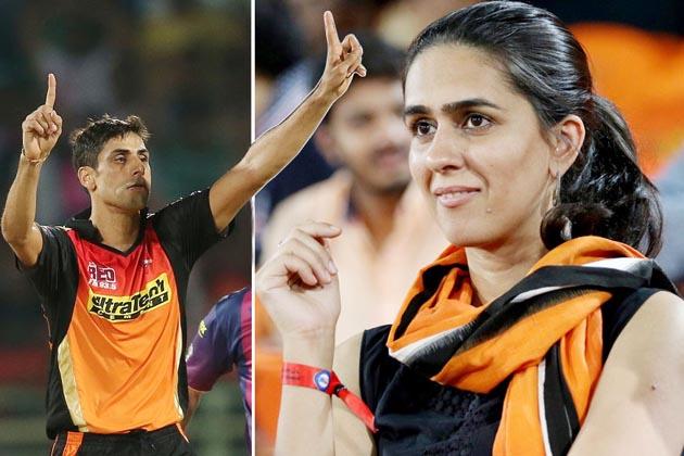 سن رائزرس حیدرآباد کے تیز گیند بازآشیش نہرا کی ٹیم کو سپورٹ کرنے کے لئے ان کی بیوی رشما بھی اسٹیڈیم پہنچیں۔ حالانکہ نہرا کنگز الیون پنجاب کے خلاف میچ میں کھیل نہیں سکے۔ حیدرآباد کی ٹیم کی جانب سے لگے چوکے اور چھکے کے دوران رشما چیئر کرتی دکھائی دیں۔ بتا دیں کہ اس میچ میں حیدرآباد نے پنجاب کو 5 رن سے شکست دی۔ بھونیشور کمار نے 5 وکٹ گراکر ٹیم کو جیت دلانے میں اہم کردار ادا کیا۔ ( تصویریں: بی سی سی آئی)۔