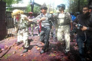 سیکورٹی فورسز نے احتجاجی طلباء اور دیگر آزادی حامی مظاہرین کو منتشر کرنے کے لئے لاٹھی چارج، آنسو گیس کا استعمال اور ہوائی فائرنگ کی۔ ان جھڑپوں میں قریب ڈیڑھ درجن افراد بشمول 3 فوٹو جرنلسٹوں، طالب علموں، راہگیروں اور سیکورٹی فورسز اہلکاروں کے زخمی ہونے کی اطلاعات ہیں۔ جھڑپوں کے بعد سیول لائنز میں دکانداروں نے آناً فاناً اپنی دکانیں بند کردیں اور سڑکوں پر گاڑیوں کی آمدورفت جزوی طور پر معطل ہوکر رہ گئی۔