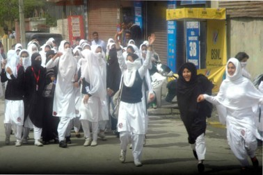 اگرچہ کالج انتظامیہ نے طالبات کو کئی گھنٹوں تک کالج سے باہر نکلنے کی اجازت نہیں دی، تاہم طلباء نے بعدازاں کالج احاطے سے باہر نکل کر مولانا آزاد روڑ پر اپنا احتجاج درج کیا۔