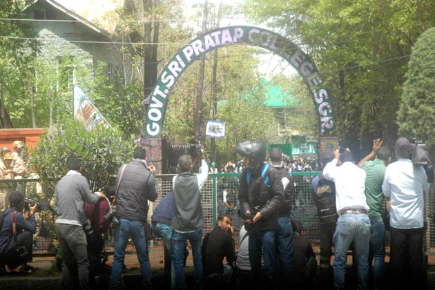 وادئ کشمیر کے کالجوں میں درس و تدریس کی سرگرمیاں مسلسل ایک ہفتے تک معطل رہنے کے بعد پیر کے روز بحال ہوگئیں۔ تاہم طالب علموں اور سیکورٹی فورسز کے مابین ایک بار پھر شدید جھڑپیں دیکھنے کو ملیں۔ طالب علموں اور سیکورٹی فورسز کے مابین جھڑپوں کا آغاز گرمائی دارالحکومت سری نگر میں واقع تاریخی سری پرتاب (ایس پی) کالج اور ایس پی ہائر سکینڈری اسکول سے ہوا، اور بعد ازاں سیول لائنز کے متعدد علاقوں بشمول تاریخی لال چوک، ریگل چوک، مائسمہ، ایکسچینج روڑتک پھیل گئیں۔
