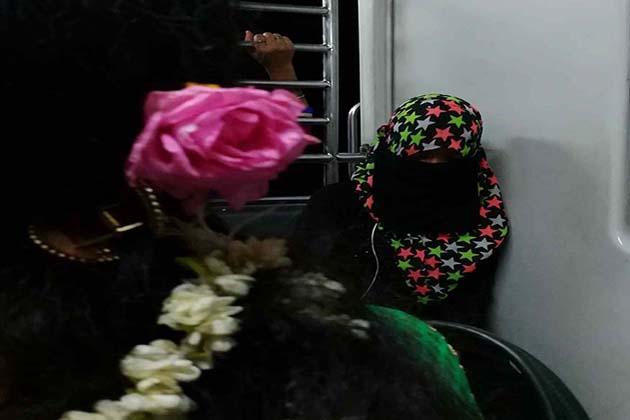 یہاں پابندیاں اپنے وقت میں درج ہیں  اور پھولوں کی خوشبو کو بھی پہروں کی عادت ہو چکی ہے۔