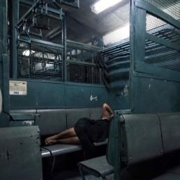 سینٹرل لائن پر دیر رات کی ٹرین اور ایک کونے میں سمٹی زندگی۔
