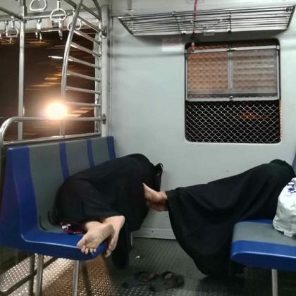 پٹریوں پر دوڑتی ٹرین اور اس کے آغوش میں سمٹتي نیند۔ لوکل ٹرین کے اس ڈبے میں بھی خواتین نیند میں ایک دوسرے کو سنبھالتی ہیں۔