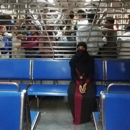 ممبئی میں بھیڑ سیلاب کی شکل میں بہتی ہے اور اس سیلاب کی کئی آنکھیں کئی جگہ ہوتی ہیں۔ خواتین ڈبہ اپنی پرائیویسی اور خالی پن کے درمیان بھی کئی نگاہوں کی زد میں ہوتا ہے۔
