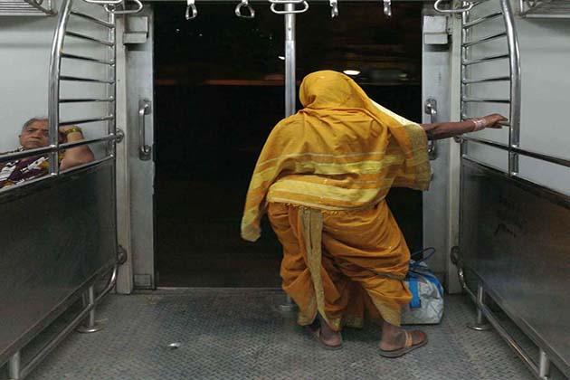 ممبئی میں ٹرینیں بوڑھی نہیں ہوتی اور نہ ہی تھكتي ہیں، لیکن روزانہ اس کا سفر ڈھلتا رہتا ہے اور ڈھلتی شام کے ساتھ یہ بھی ایک گہری رات میں سمٹ جاتی ہے۔