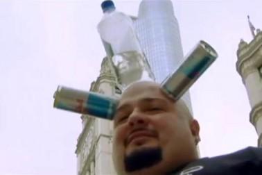 کہا جاتا ہے پانی پلانا ثواب کا کام ہوتا ہے، امریکہ میں ایک شخص ایسا ہی ایک اچھا کام کر رہا ہے ، وہ بھی بالکل الگ انداز سے۔ یہ شخص اپنے سر پر بوتل رکھ ہاتھ لگائے بغیر لوگوں کو پانی پلانے پلا رہا ہے۔