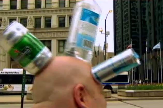 پہلے تو جیمی نے ٹوپی پہنے ایک شخص کو ٹھنڈے مشروبات کی بوتل دی اور اس کو چیک کرنے کے لئے کہا۔
