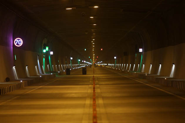 جموں و کشمیر میں اتوار کو وزیر اعظم مودی ملک کی سب سے طریل سرنگ قوم کے نام وقف کرنے والے ہیں ۔ اس کا نام 'چیناني-ناشري سرنگ ہے۔ یہ قومی شاہراہ نمبر 44 پر واقع ہے۔ جموں اور کشمیر ہائی وے پر بنی یہ سرنگ ایشیا کی سب سے لمبی سرنگ ہے، جس کی لمبائی 9.28 کلومیٹر ہے۔ (تصویر : نتن گڈکری ٹوئٹر ہینڈل)۔