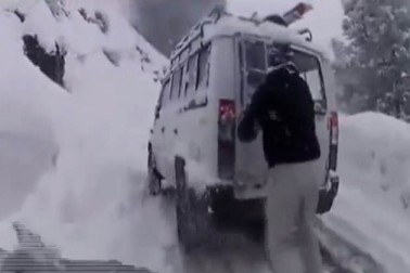 برف باری اور دیگر موسم میں بھی یہ سرنگ سفر کو آسان بنائے گی۔ ابھی گاڑی ڈرائیوروں کو ٹریفک جام سے نجات کے ساتھ بھاری برف باری اور پیچ و خم سے بھرے ہوئے پہاڑی راستوں سے بھی چھٹکارا مل جائے گا۔(تصویر :  نیوز 18 انڈیا)۔