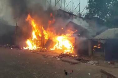 پولیس سپرنٹنڈنٹ دلیپ داس کے مطابق  نولا بازار چوک کے قریب ہجوم نے ٹریفک جام کر دیا گیا تھا۔