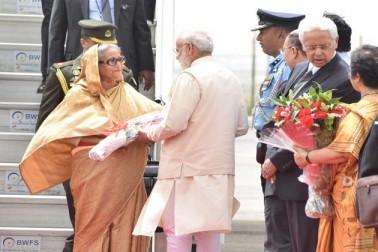 وزیر اعظم نریندر مودی نے آج روایتی پروٹوکول کو توڑتے ہوئے اندرا گاندھی ایئر پورٹ پر اپنے بنگلہ دیشی ہم منصب شیخ حسینہ کا استقبال کیا۔