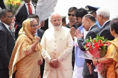 ذرائع کے مطابق وزیر اعظم   مودی معمول کی ٹریفک سے ایئر پورٹ پہنچے اور اپنے بنگلہ دیشی ہم منصب شیخ حسینہ کا استقبال کیا۔