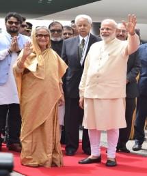 ایئر پورٹ پر آمد کے بعد بنگلہ دیشی حکام اور شیخ حسینہ کے قافلے میں شامل افسران نے وزیر اعظم  مودی کے ساتھ سیلفیاں بھی لیں۔