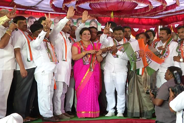 کرناٹک کے دو اسمبلی حلقوں کے ضمنی انتخابات کے بعد بی جے پی اور جے ڈی ایس کے متعدد لیڈرران کانگریس میں شامل ہونے کی خواہش ظاہر کررہے ہیں ۔ ـ اس کی ایک کڑی کے طور پر بی جے پی کے کئی لیڈروں نے کانگریس میں شمولیت اختیار بھی کرلی ہے ۔