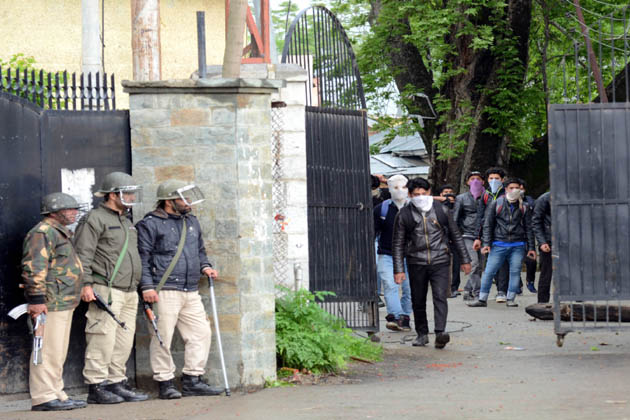 احتجاجی مظاہرین چوکی بل میں فوجی کیمپ پر فدائین حملے کے مرتکب جنگجوؤں کی لاشوں کو آخری رسومات کے لئے مقامی لوگوں کے سپرد کرنے کا مطالبہ کررہے تھے۔