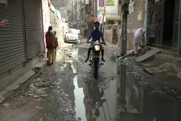 دہلی کے مسلم علاقوںمیں سیور کاگندا پانی راستوں پر بہتا ہے ، پیدل چلنے والے راہگیر ہوں یا موٹر سائیکل سوار سب کو دامن بچاکر چلنا پڑتا ہے ۔ عجیب بات یہ ہے کہ بدترحالات کا سامنا کررہے لوگوں کے مکانوں کی دیواروں پر بھی انتخابی تشہیر اور امیدواروں کے پوسٹر لگے ہوئے ہیں ۔