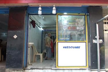 صفائی کے ساتھ ساتھ ایک ایسی شرط رکھی گئی ہے ، جس سے گوشت کے تاجرکافی پریشان ہیں۔ وہ شرط ہے 40 فٹ چوڑی سڑک پر گوشت کی دکان کا ہونا،  لیکن بنگلورو کےاکثر پرانےعلاقوں میں چالیس فٹ روڈ تو دور کی بات،  15 سے20 فٹ چوڑی سڑک بھی مشکل سے ہی نظر آئے گی ۔
