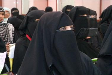 آل انڈیا مسلم پرسنل لاء بورڈ کی خواتین ونگ کی جانب سے راجستھان میں دو روزہ سمینار شروع ہوگیا ہے۔ اس سمینار میں ریاست بھر کی مسلم خواتین شرکت کررہی ہیں ۔ سمینار کے بعد پریس گفتگو کرتے ہوتے ہوئے وومین ونگ کی صدر ڈاکٹر اسما زہرہ نے کہا کہ تین طلاق مسلم خواتین کے لیے کوئی پریشانی کا باعث نہیں ہے ، بلکہ شریعت کے ذریعہ خواتین کو زیادہ مضبوط بنایا گیا ہے ، تاکہ وہ کسی ناپسند رشتے کوزبرد ستی نبھانے کی بجائے اس سے چھٹکارا پائیں۔