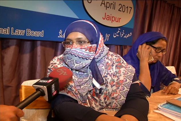 تین طلاق پر اپنی بات رکھتے ہوئے انہوں نے کہا کہ مسلم خواتین پوری طرح شریعت کے ساتھ ہیں اوروہ کسی بھی طورپراس میں دخل اندازی کو برداشت نہیں کریںگی ۔