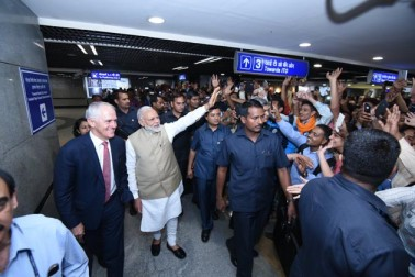 دونوں وزرائے اعظم نے ٹوکن کے ساتھ عام ٹرین میں مسافروں کے ساتھ سفر کیا۔