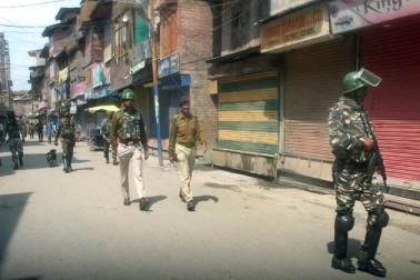 سیکورٹی فورسز نے آج وادئ کشمیر کے متعدد علاقوں بشمول گرمائی دارالحکومت سری نگر ، شمالی کشمیر کے ضلع بارہمولہ اور جنوبی کشمیر کے ضلع اننت ناگ میں نماز جمعہ کی ادائیگی کے بعد آزادی حامی احتجاجی مظاہرین کو منتشر کرنے کے لئے لاٹھی چارج اور آنسو گیس کا استعمال کیا۔